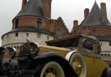 voiture de collection devant le chateau